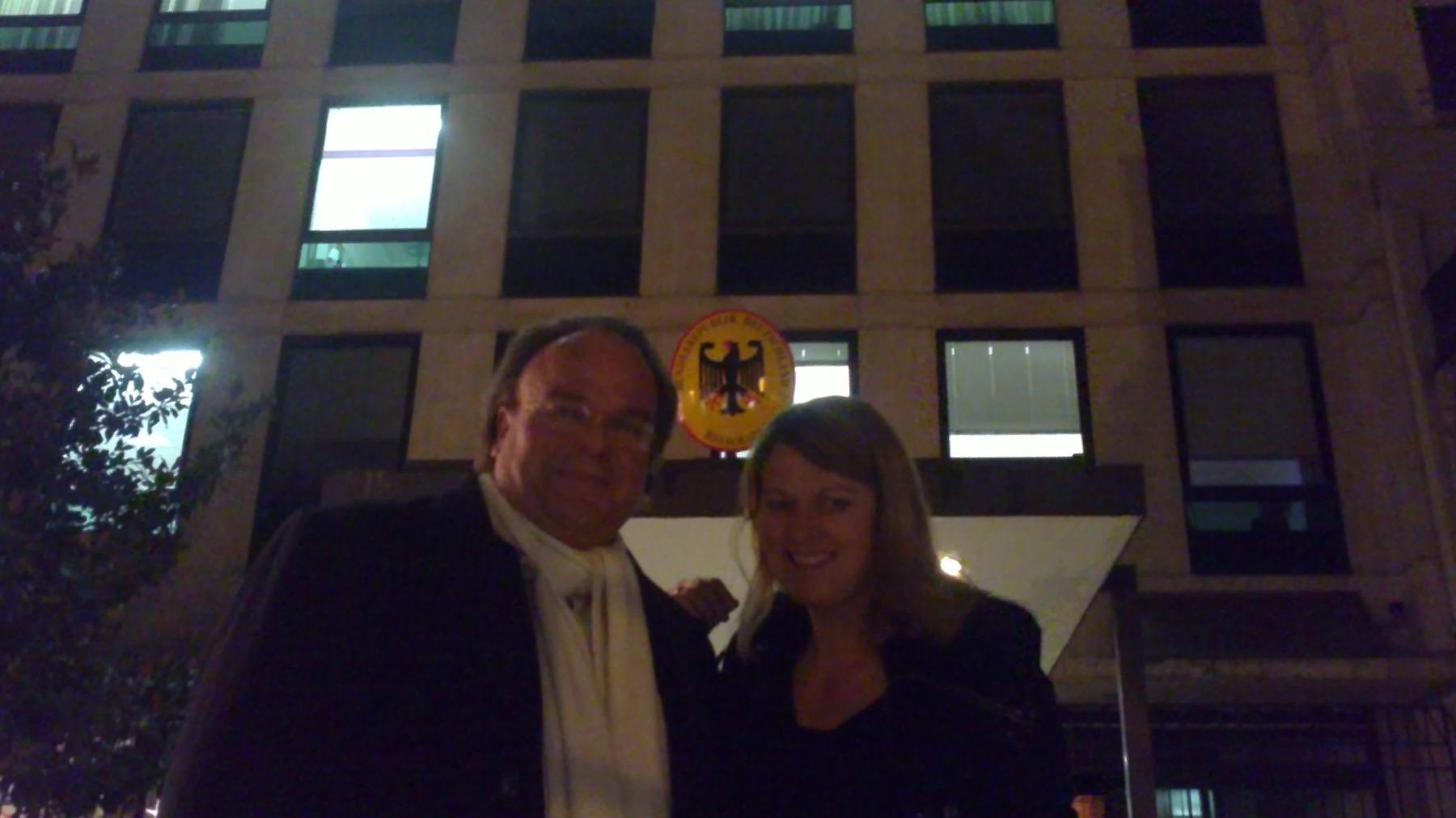 Weihnachtskonzert in der Deutschen Botschaft Paris im Dezember 2012, KS Martin Petzold mit einer Mitarbeiterin der Deutschen Botschaft